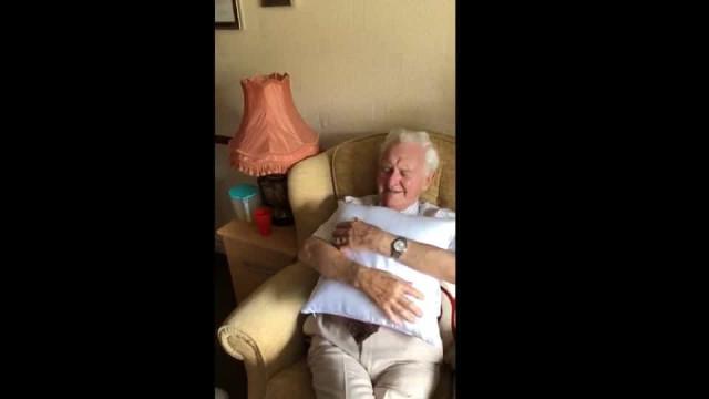 Veterano de Guerra se emociona ao receber almofada com a foto da mulher