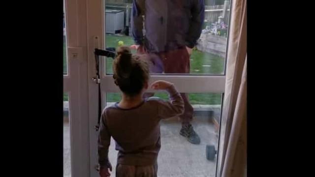 Durante crise, pai e filha dizem o quanto se amam através de uma porta