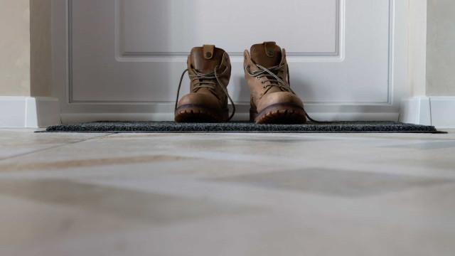 Devemos deixar os sapatos fora de casa? E lavar a roupa quando chegar?