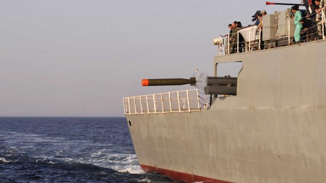 Rússia diz que atirou contra navio militar britânico na costa da Crimeia