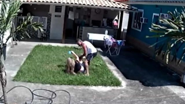 Cabo da PM é flagrado espancando a mulher no Rio