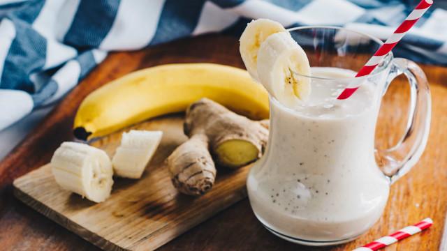 Quer emagrecer? Experimente este delicioso suco de banana e gengibre