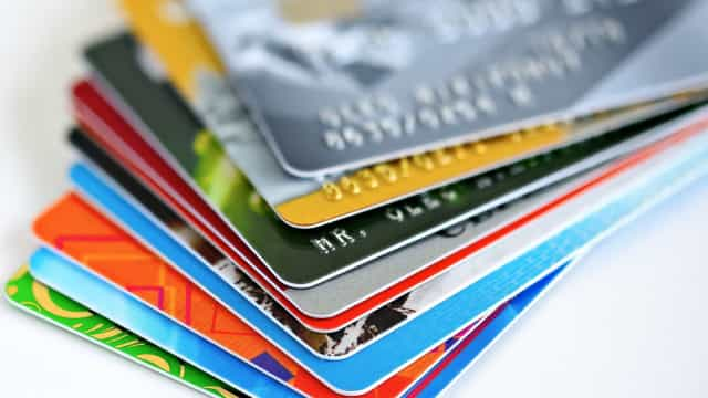 Em meio à crise, juro do rotativo do cartão sobe em outubro a 317,5% ao ano