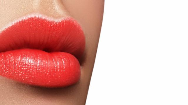 Maquiadora ensina técnica para aumentar os lábios com batom