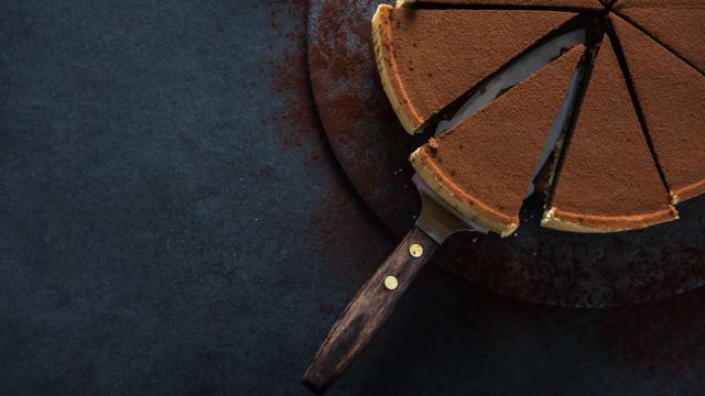 Aprenda a fazer uma torta de doce de leite com café e chocolate
