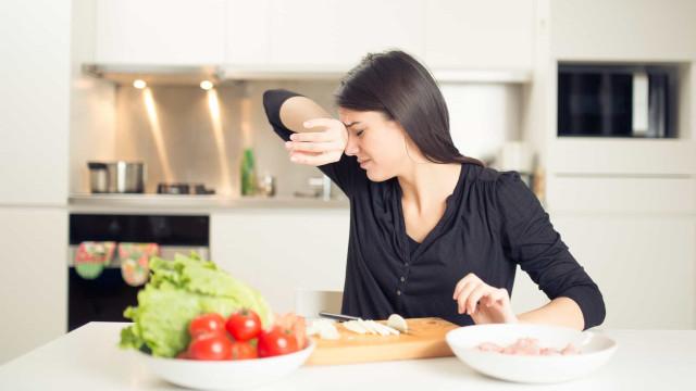 O truque para descascar e cortar cebola sem chorar (nunca mais!)