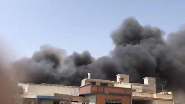 Avião com mais de 100 pessoas cai em área residencial no Paquistão