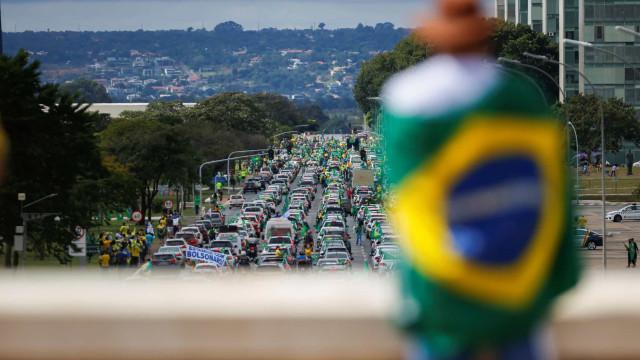 Sem máscara e no meio da multidão, Bolsonaro pegou em crianças ao colo