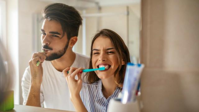 Com que frequência devo trocar de escova de dentes? Dentista responde