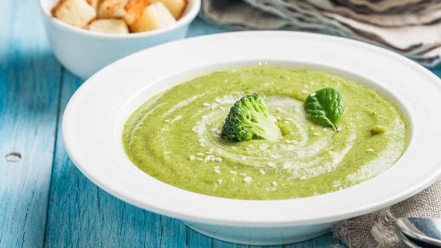 A sopa de brócolis e queijo fresco que ajuda a emagrecer
