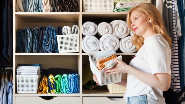 Três dicas para organizar o armário de forma inteligente