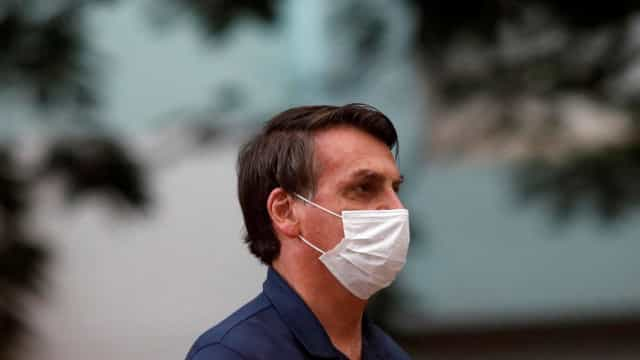 Bolsonaro para em blitz e silencia sobre regras de divulgação de Covid