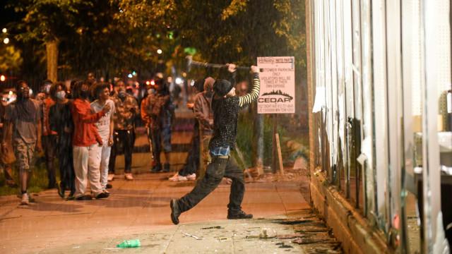 População de Minneapolis protesta contra morte de George Floyd