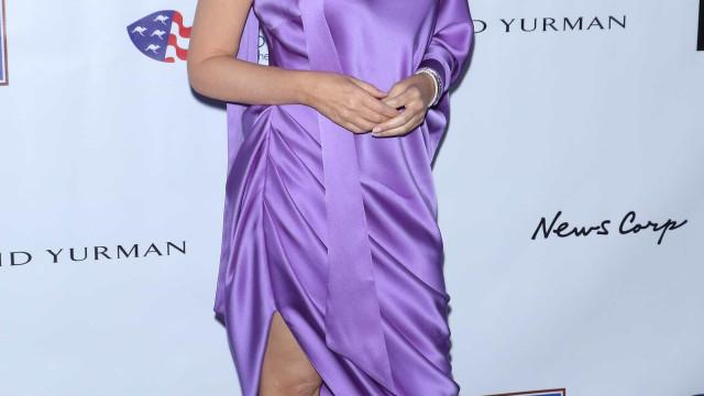 Aos 53 anos, Kylie Minogue encanta com minissaia e camisa oversize