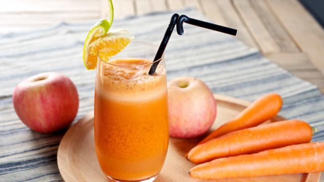 Emagreça e limpe o organismo com este suco de maçã e cenoura