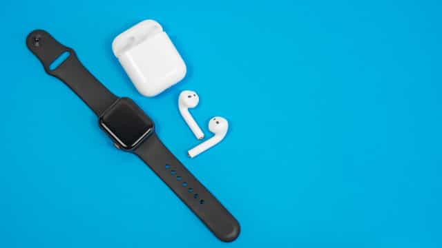 Apple Watch e AirPods ajudam Apple a 'conquistar' mercado 'wearables'