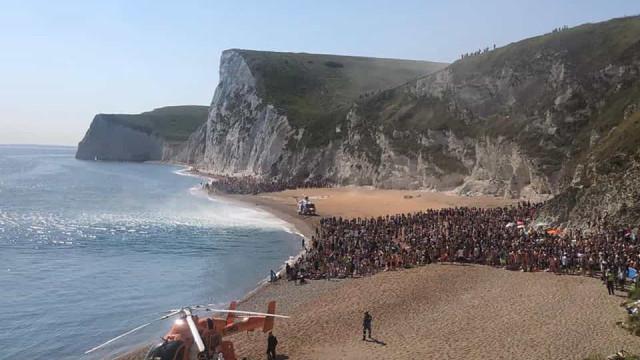 Três feridos graves no Reino Unido após salto de 60 metros para o mar