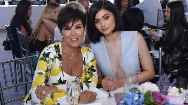 Vídeo: Kylie Jenner tem uma estátua de cera da mãe em casa