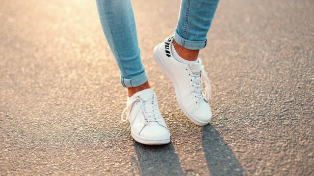 Use bicarbonato! O truque simples para limpar os tênis brancos