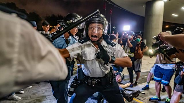 Manifestantes desafiam proibição e protestam contra China em Hong Kong