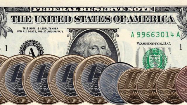 Dólar despenca 3% e é cotado abaixo de R$ 5; Bolsa sobe 2,5%