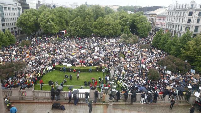 Milhares de noruegueses se mobilizam contra o racismo