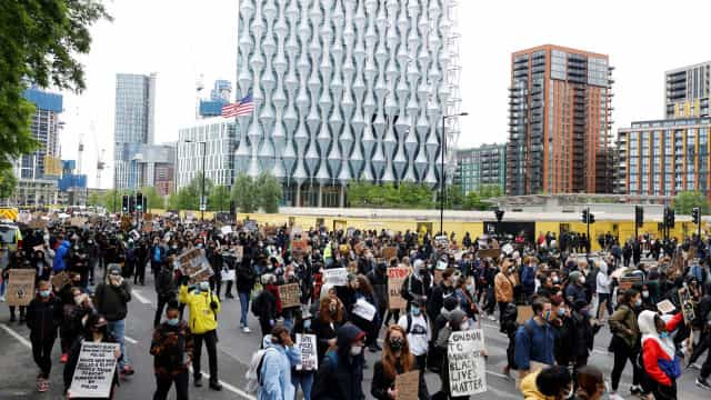 Milhares de pessoas nas ruas de Londres e Nápoles contra o racismo