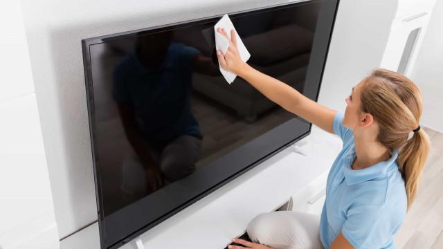 Saiba como limpar a tela da sua TV sem danificá-la