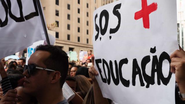 Professores fazem greve de fome por revogação de edital de contratos temporários no PR
