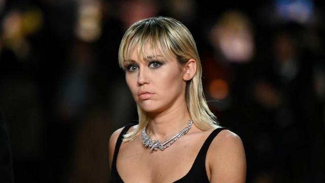 Miley Cyrus está sóbria há 2 semanas após recaída durante pandemia
