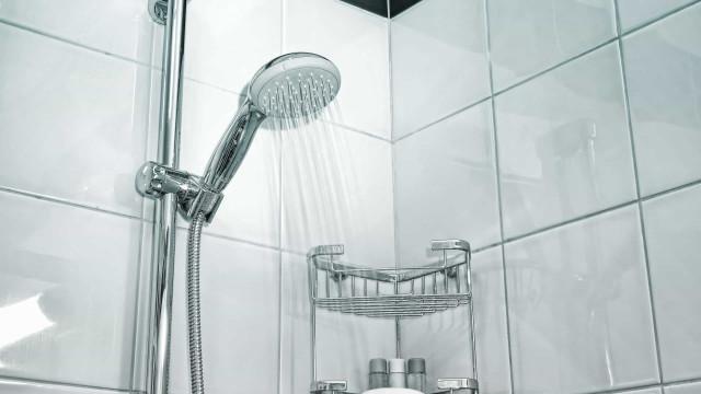 Como limpar as manchas do chuveiro com vinagre e bicarbonato