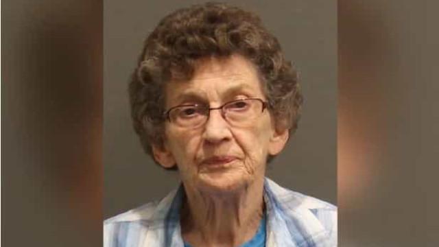 Mulher de 88 anos é processada por usar arma para afastar ladrões