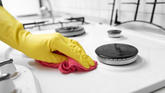 Aprenda a limpar o fogão com bicarbonato de sódio
