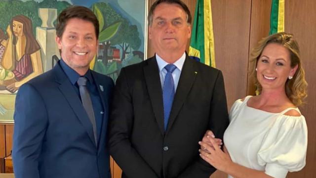 Mario Frias tem posse simbólica ao lado de mulher e Bolsonaro