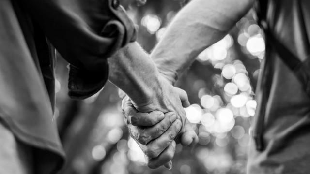 Junto há 53 anos, casal morre de Covid-19 de mãos dadas nos EUA