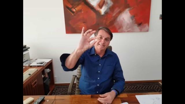 """Bolsonaro toma hidroxicloroquina em vídeo: """"Eu confio, e você?"""""""
