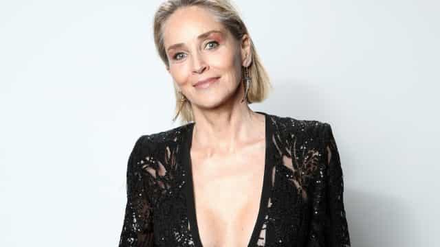 Aos 63 anos, Sharon Stone arrasa ao posar de biquíni