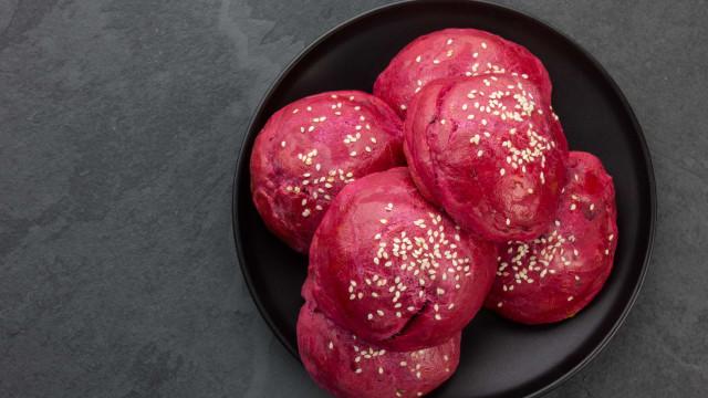 Rosa e delicioso! Que tal um pãozinho de beterraba para o lanche?