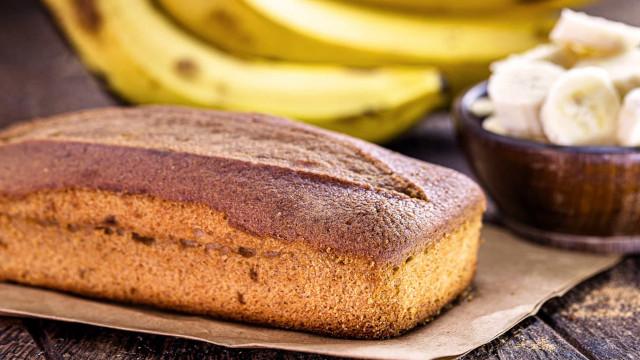 Comece a manhã com este delicioso bolo de banana fitness