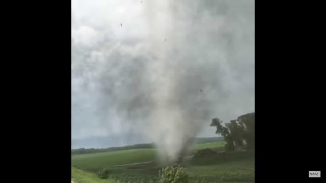 Americano filma tornado a uma distância... assustadora