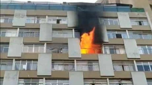 Mulher morre após cair de apartamento que pegou fogo no centro de SP