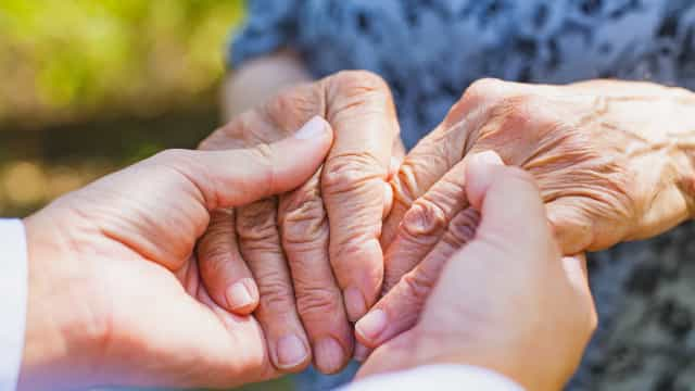 Conheça os sintomas da doença de Parkinson além dos tremores