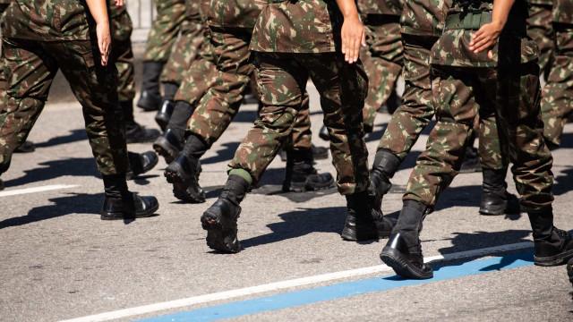 Exército publica fotos para simular que militares usavam máscara; depois, apaga