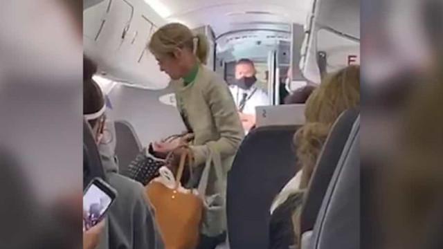 Passageiros aplaudem expulsão de mulher que recusava usar máscara