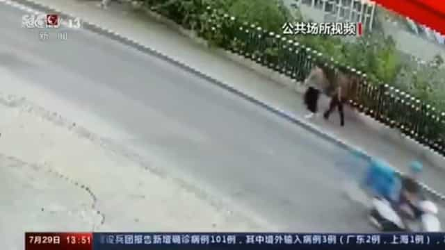 Mulheres são 'engolidas' em desabamento de calçada; imagens do momento