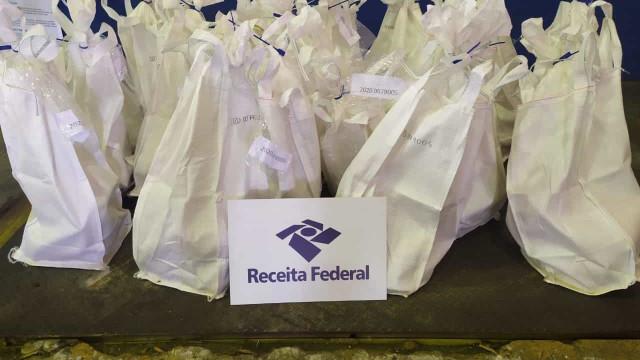 Receita acha 853 kg de cocaína em carga de proteína de soja no Porto de Santos