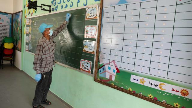 Reabrir escolas onde não há controle da covid piora o problema, diz OMS
