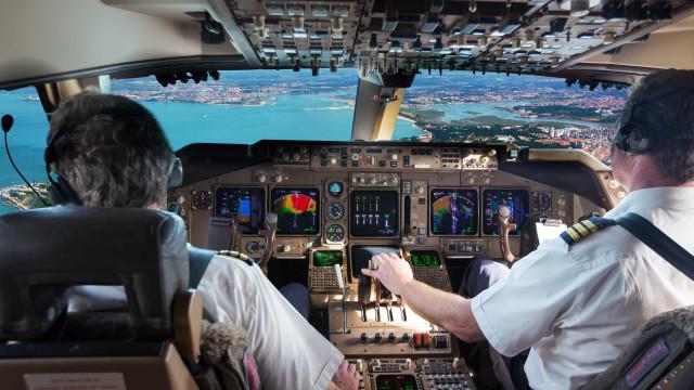 Bolsonaro veta saque do FGTS a profissionais do setor aéreo na pandemia