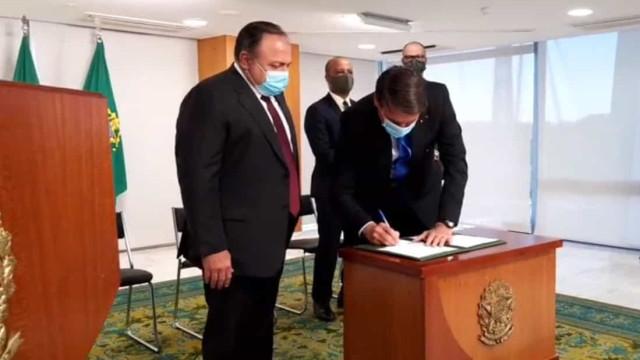 Bolsonaro critica vacina chinesa ao assinar MP para produzir fármaco