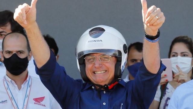 Após marca de 100 mil mortos por Covid, Bolsonaro critica isolamento